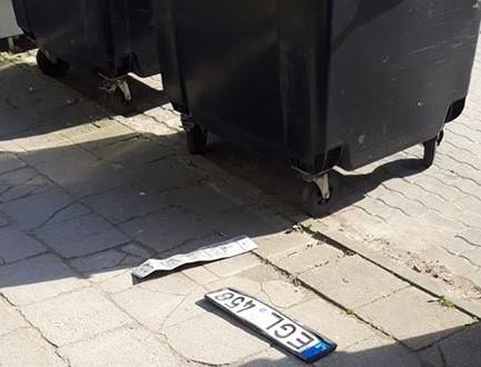 Šias lenteles kretingiškis rado prie konteinerių Topolių akligatvyje. Facebook nuotr.