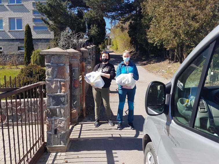 Šios merginos – dvi iš dvylikos savanorių, karantino metu pristatančių paramą maistu kretingiškiams į namus.