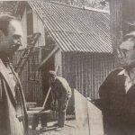 """Pasižiūrėkime, ar šioje 1998 m. gegužės 16 d. """"Švyturyje"""" publikuotoje nuotraukoje  įamžinto Algirdo Čėsnos (kairėje) žurnalistei tądien išsakytos svajonės išsipildė ir kaip šiandien gyvena M. Valančiaus muziejaus trobelę remontavęs Augustas Pakalniškis (dešinėje). Jono Šimkaus nuotr."""