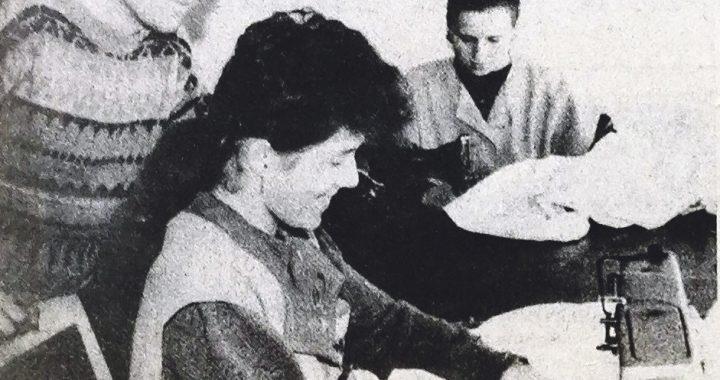 """1992 metų gegužės 23-iosios """"Švyturio"""" nuotraukoje Gediminas Lukauskis, kuris vilki tada dar būsimos žmonos Erikos megztą megztinį, su siuvėjomis Irute Šoparaite (priekyje) ir Jolanta Stropute."""