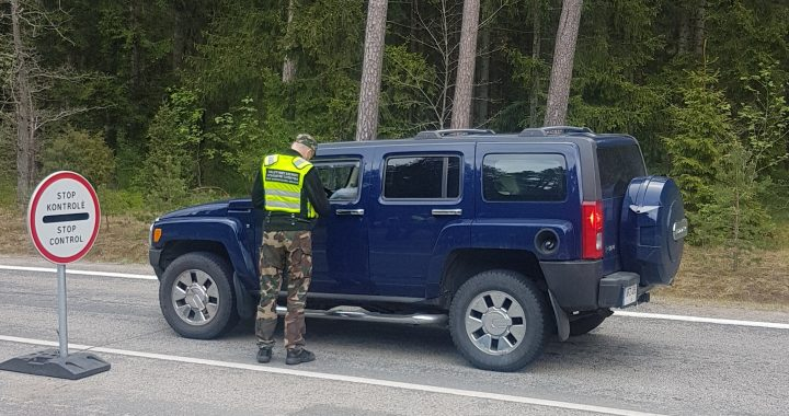 Pasieniečiai ties Būtinge sulaokė Latvijos pilietį, bandžiusi sprukti iš eismo įvykio vietos Kretingoje. Pasienio tarnybos nuotr.