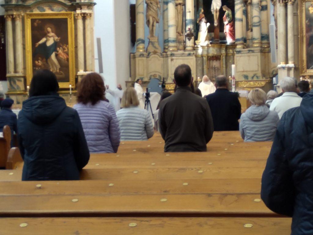 Nors sušvelninus karantino režimą vėl leista dalyvauti šv. Mišiose, tikintieji į bažnyčias neplūsta.
