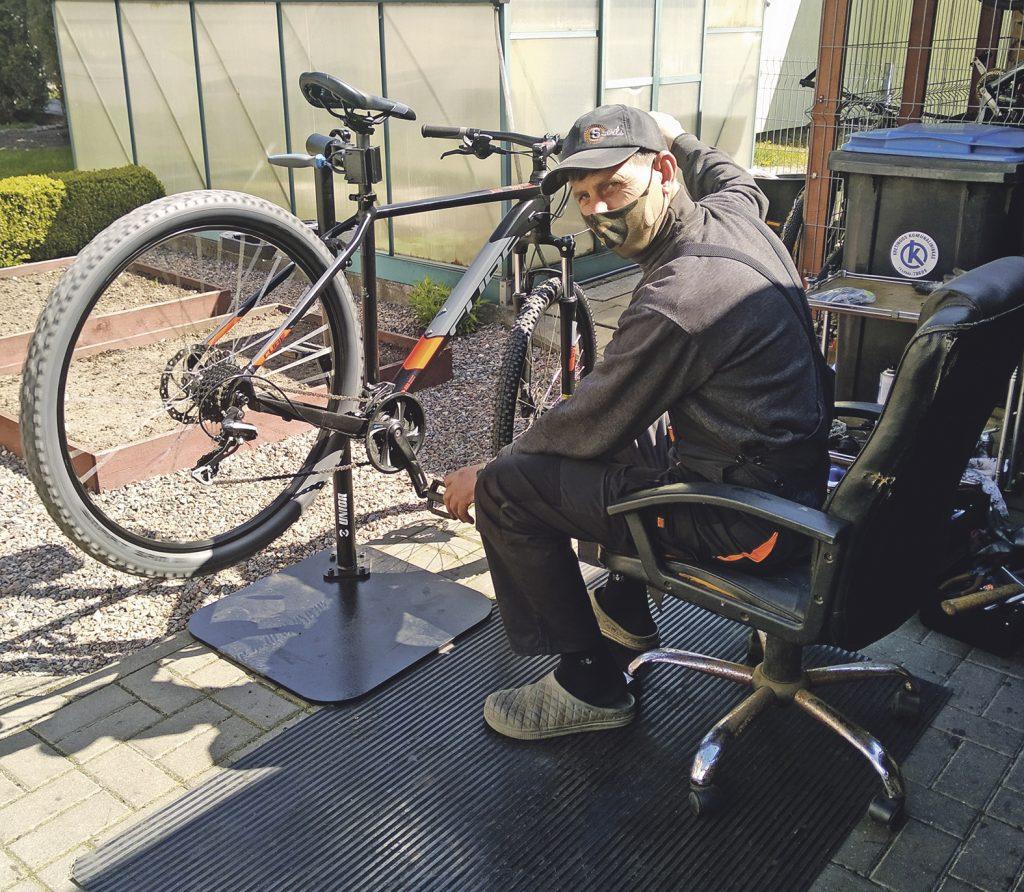 Ne vieną dešimtmetį dviračius remontuojantis Raimondas Kuizinas sakė, kad pernai šiuo metu taisyti atvežtų dviračių kieme nebebūdavo kur dėti, o šiemet bent jau kol kas vietos apstu.