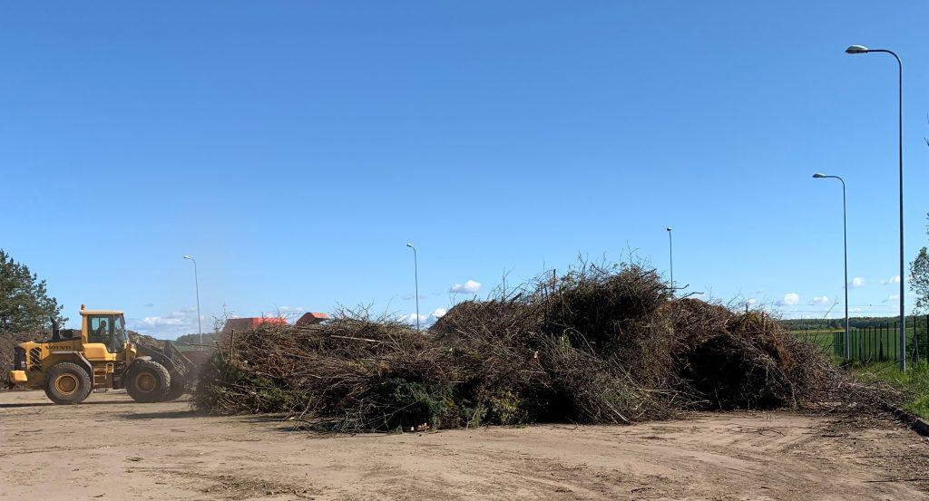 Karantino metu rajono gyventojai kiemus tvarkėsi iš peties: šakų ir žolės komunalininkai surinko ir išvežė daugiau nei tūkstantį tonų.