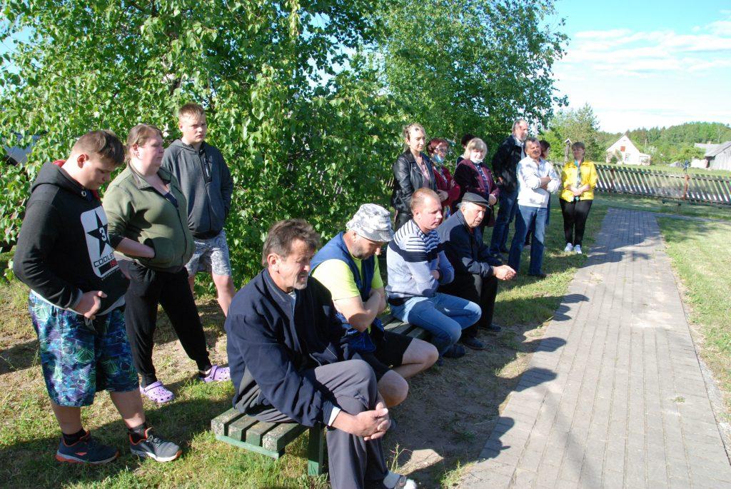Antradienį su projektuotojais susitiko Kalniškių bendruomenės nariai, besipriešinantys 4G interneto ryšio bokšto Lubiuose statyboms. Autoriaus nuotr.