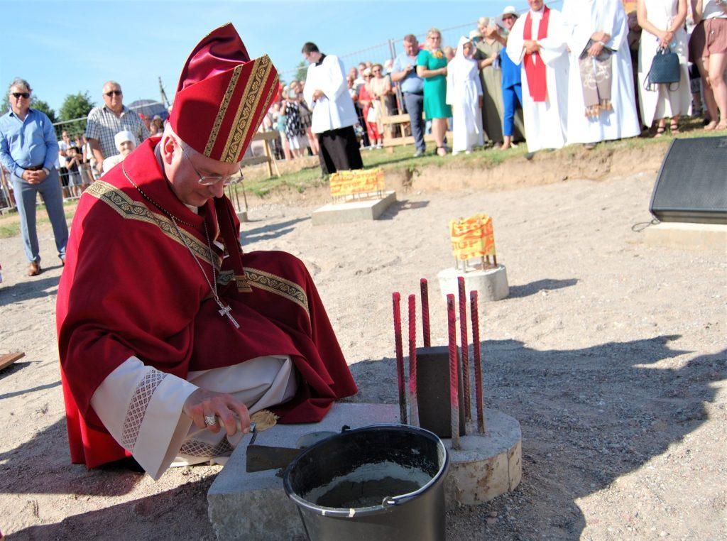 Pašventinęs Vydmantų bažnyčios pamatus arkivyskupa Kęstutis Kėvalas į pamatus įmūrijo kapsulę su palinkėjimu ateities kartoms. Autorės nuotr.