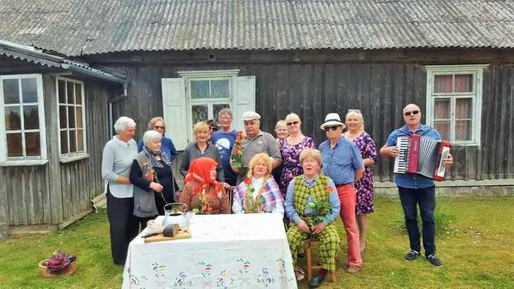 Vasarai prasidėjus karteniškiai susirinko į rašytojai Žemaitei skirtą literatūrinę popietę. Organizatorių nuotr.