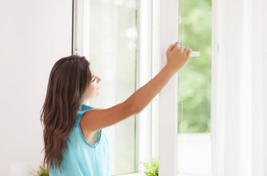 Esant dideliems karščiams langus laikykite atidarytus tik per naktį. Fotolia nuotr.