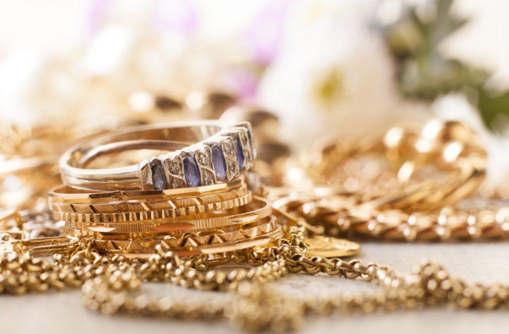 Iš gyvenamojo namo Grūšlaukėje pavogė auksinius papuošalus ir daugiau nei pusę tūkstančio eurų. Asociatyvi nuotr.