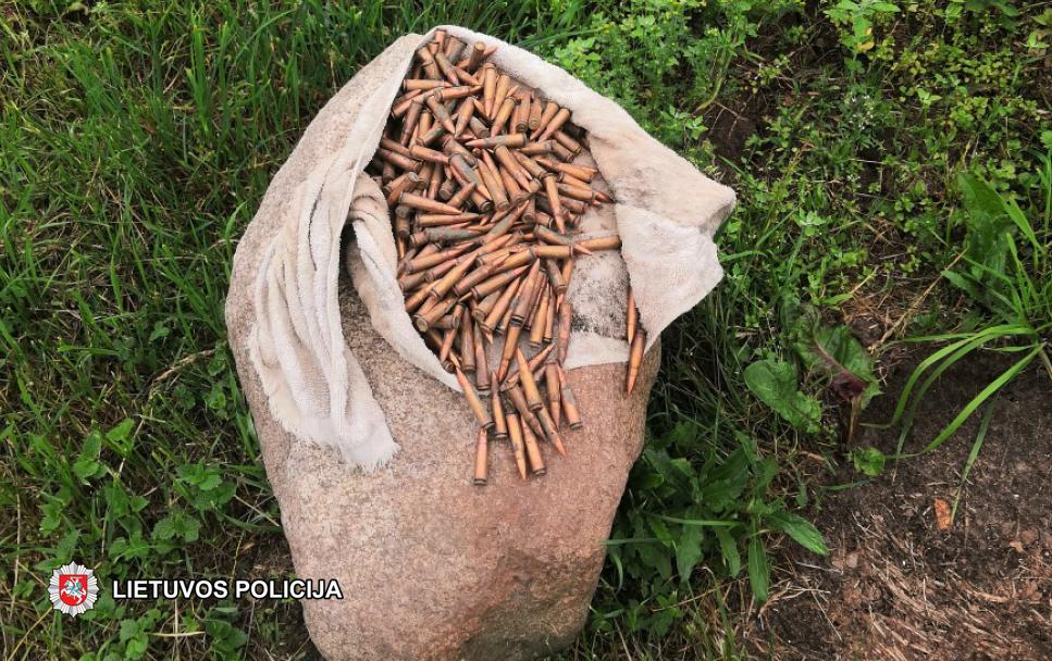 Štai tokį maišą šovinių pareigūnai sekmadienį aptiko pas vieną Skaudalių gyventoją.