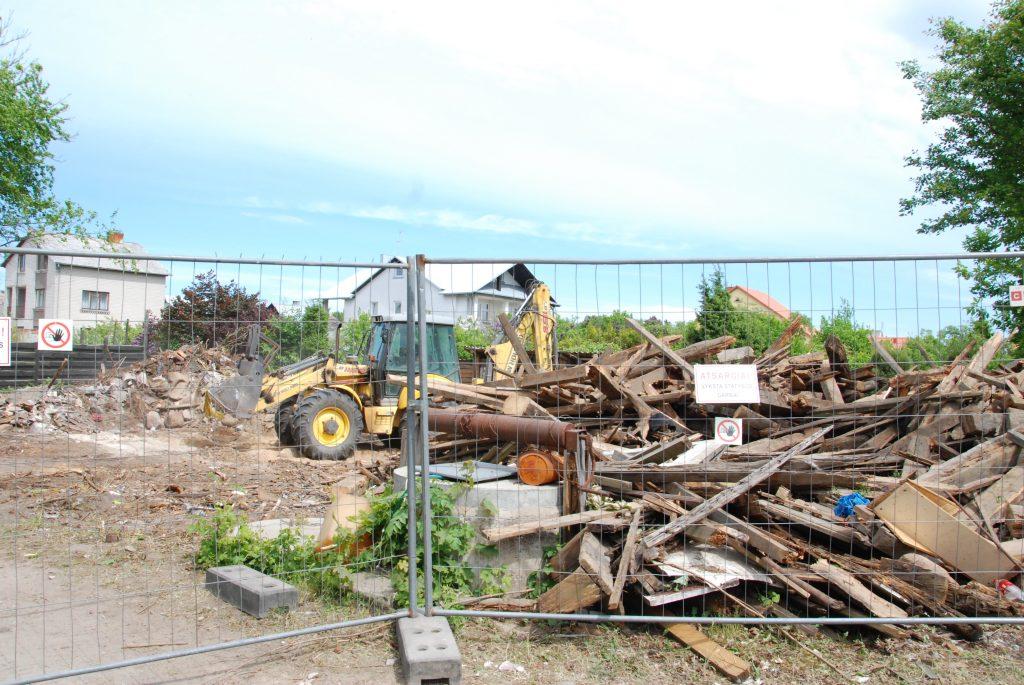 Vakar po 8-erių metų kovos su savininkais nugriautas apleistas statinys Vytauto g. 43 a.