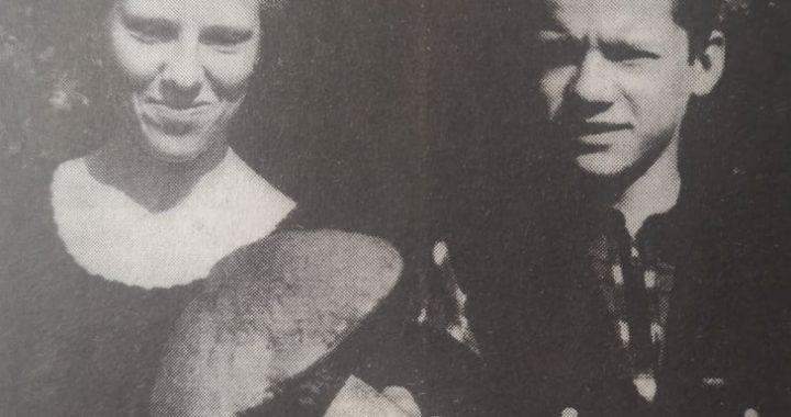 1998 m. birželio 2 d. aštuntokai Diana Endriekutė ir Tomas Steponavičius rado išskirtinio dydžio raudonviršį. Jono Šimkaus nuotr.