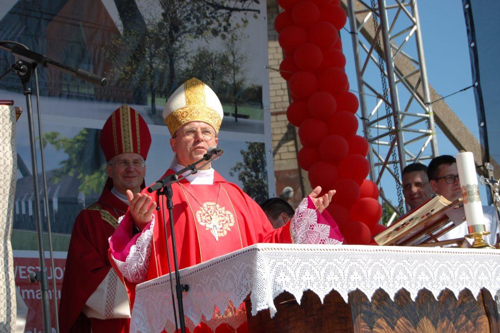 Vakar, ingreso išvakarėse, Vyskupas Algirdas Jurevičius dalyvavo Vydmantų Dievo gailestingumo bažnyčios pamatų šventinimo šventėje. Ligitos Sinušienės nuotr.
