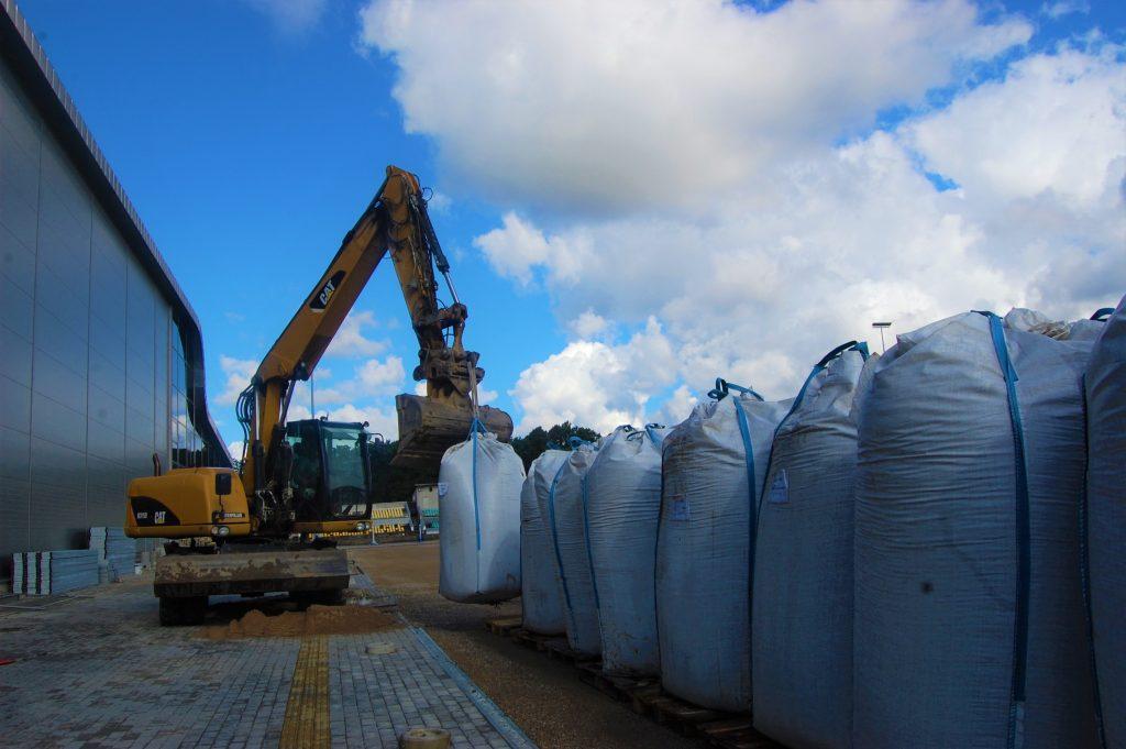 Ketvirtadienį į Kretingą atkeliavo 110 t gumos granulių, skirtų naujajam futbolo stadionui. Ligitos Sinušienės nuotr.