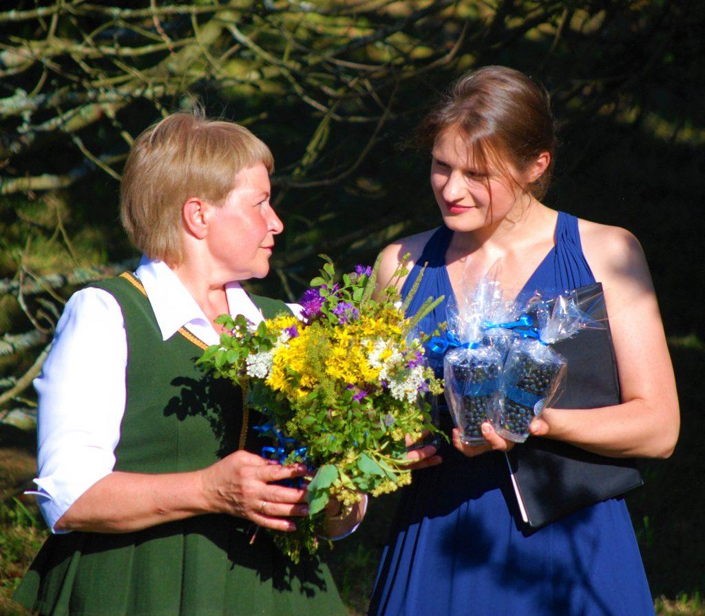 Įpiltiškių svečiams – puokštė lauko žolelių ir indelis mėlynių.