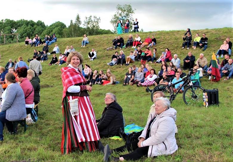 Giedoti Tautiškos giesmės ant Imbarės piliakalnio šeštadienį susirinko apie pusantro šimto žmonių.