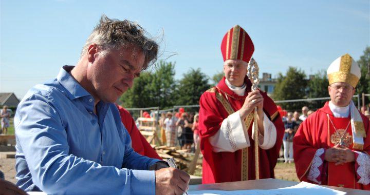 Birželio pabaigoje architektas Alvydas Šeibokas pasirašė ant Vydmantų bažnyčios pamatų šventinimo akto. Ligitos Sinušienės nuotr.
