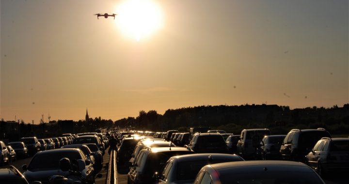 """Štai taip penktadienio vakarą virš lenktynių trasos skraidė dronas, kurį visai netyčia pavyko įamžinti """"Švyturio"""" žurnalistei. Aušrinės Sinušaitės nuotr."""