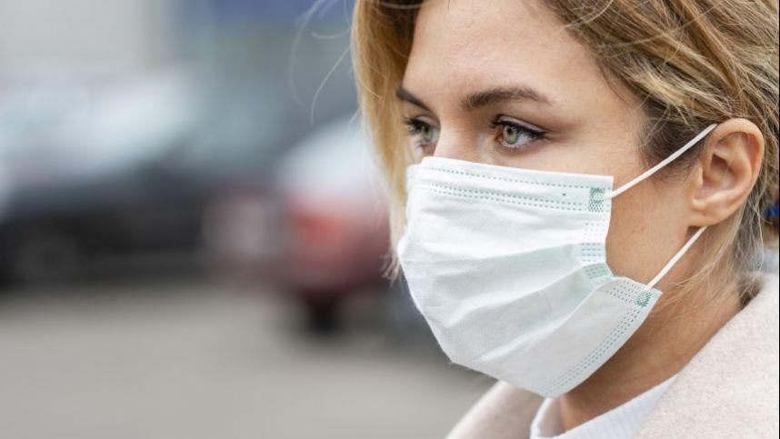 Nuo šeštadienio vėl privaloma viešajame transporte ir parduotuvėse dėvėti apsaugines veido kaukes. Sveikatos apsaugos ministerijos nuotr.