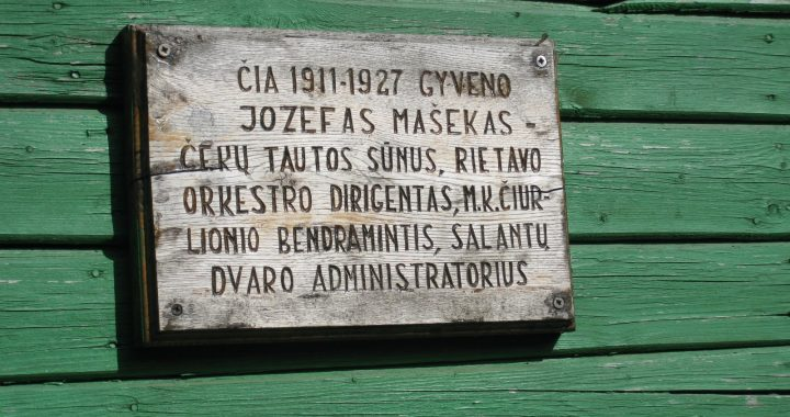 Paminklinė lenta ant namo Salantuose, kuriame 1911-1927 metais gyveno J. E. Mašekas. P. Vaniuchino nuotrauka.