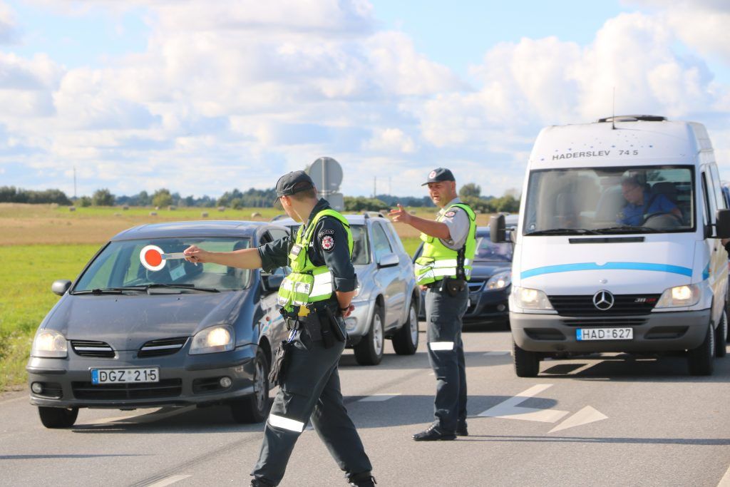 Kūčių išvakarėse be rimtos priežasties į didžiausią šalies kurortą veržėsi beveik 100 automobilių, kurių policija neįleido. Asociatyvi nuotr.