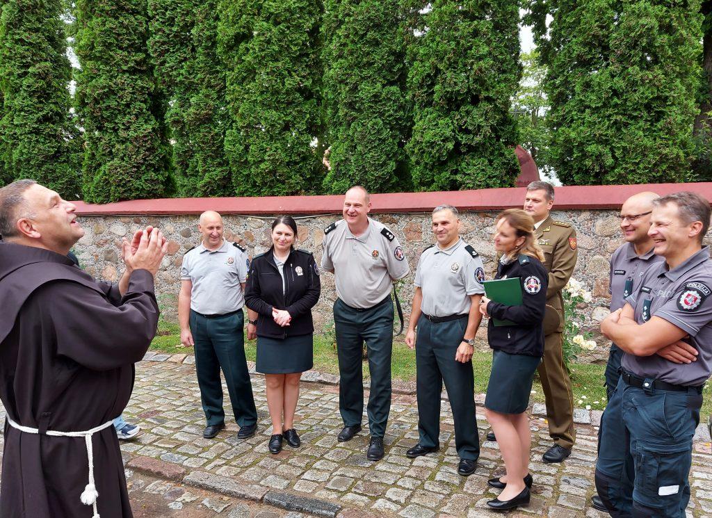 Trečiadienį bendrai maldai su Kretingos parapijos klebonu Astiju Kungiu susirinko rajono policijos pareigūnai, priešgaisrinės gelbėjimo, valstybės sienos apsaugos tarnybų darbuotojai, Krašto apsaugos savanorių pajėgų kariai savanoriai ir Lietuvos šaulių sąjungos nariai.