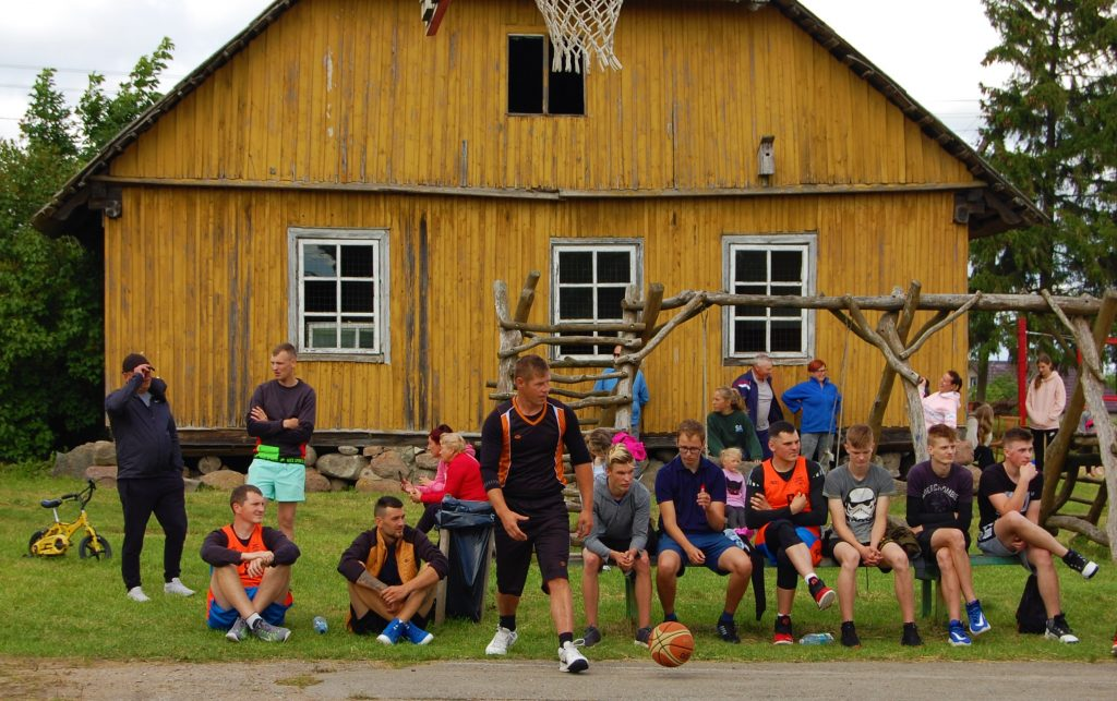 Kalniškių bendruomenė džiaugiasi itin aktyviu savo jaunimu, kuris gausiai dalyvavo sportinėse rungtyse ir palaikė savo draugus. Autorės nuotr.