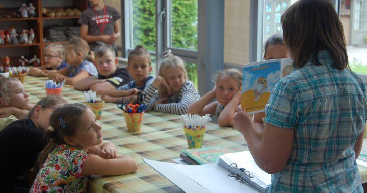 Vaikai įdėmiai klausosi mokytojos pasakojimo. Autorės nuotr.