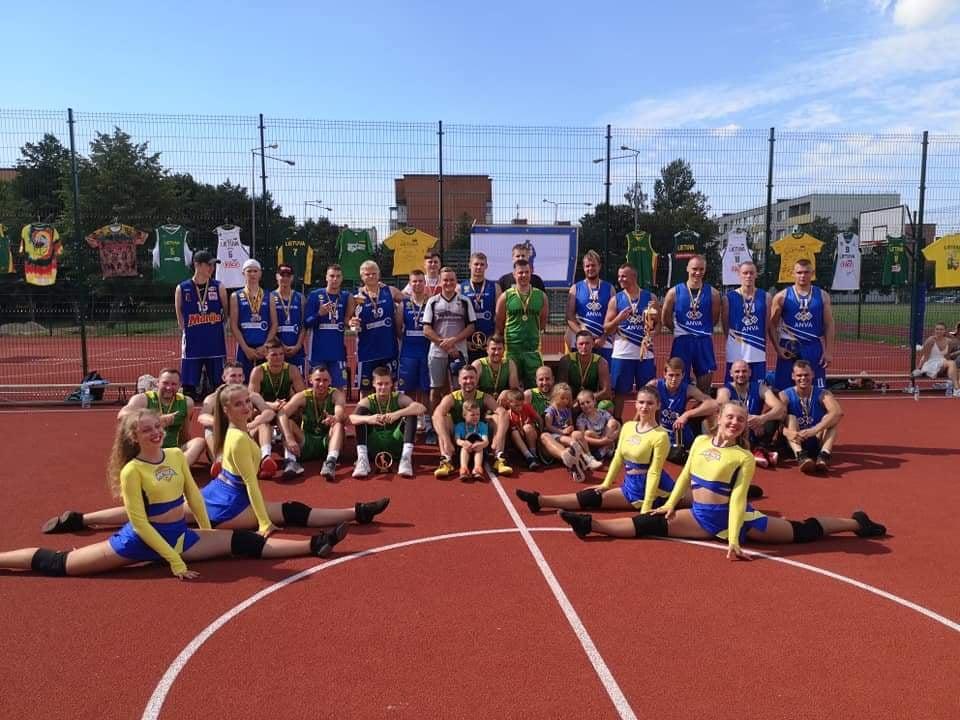 """Lauko krepšnio turnyro nugalėtojai """"Buivolai"""" (žaliais marškinėliais), įveikę """"ANVOS"""" komandą (dešinėje), bei trečios vietos laimėtojai """"Antiviruso"""" ekipa. Organizatorių nuotr."""
