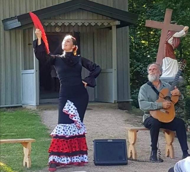 Kartenos bendruomenė prie atrestauruoti Abakų Lurdo jau surengė vietos koncertą. Organizatorių nuotr.