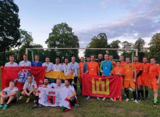 """Po atkaklių ir kovingų rungtynių 2 lygos nugalėtojais tapo """"Salanto"""" komanda (baltais marškinėliais), įveikusi """"Slėnio"""" komandą. FK """"Salantas"""" nuotr."""