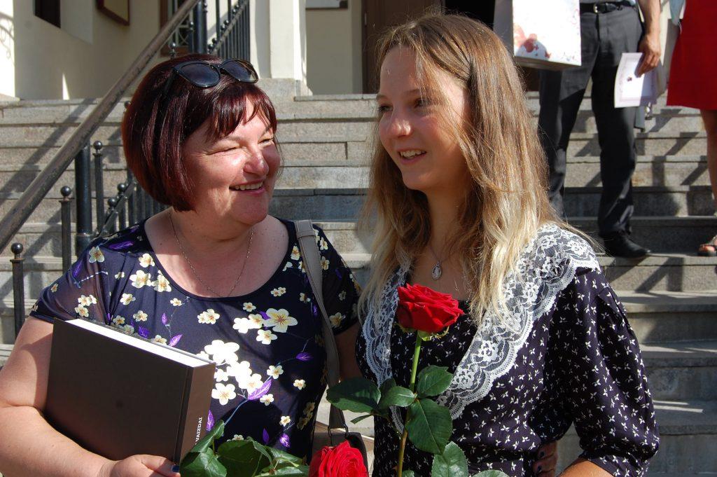 Melė Valkiūnaitė, net nenorėjusi laikyti egzaminų, šimtuku išlaikė lietuvių kalbos ir literatūros egzaminą, laiminga šnekučiuojasi su savo mokytoja, Pranciškonų gimnazijos lituaniste, Irma Šediene. Autorės nuotr.