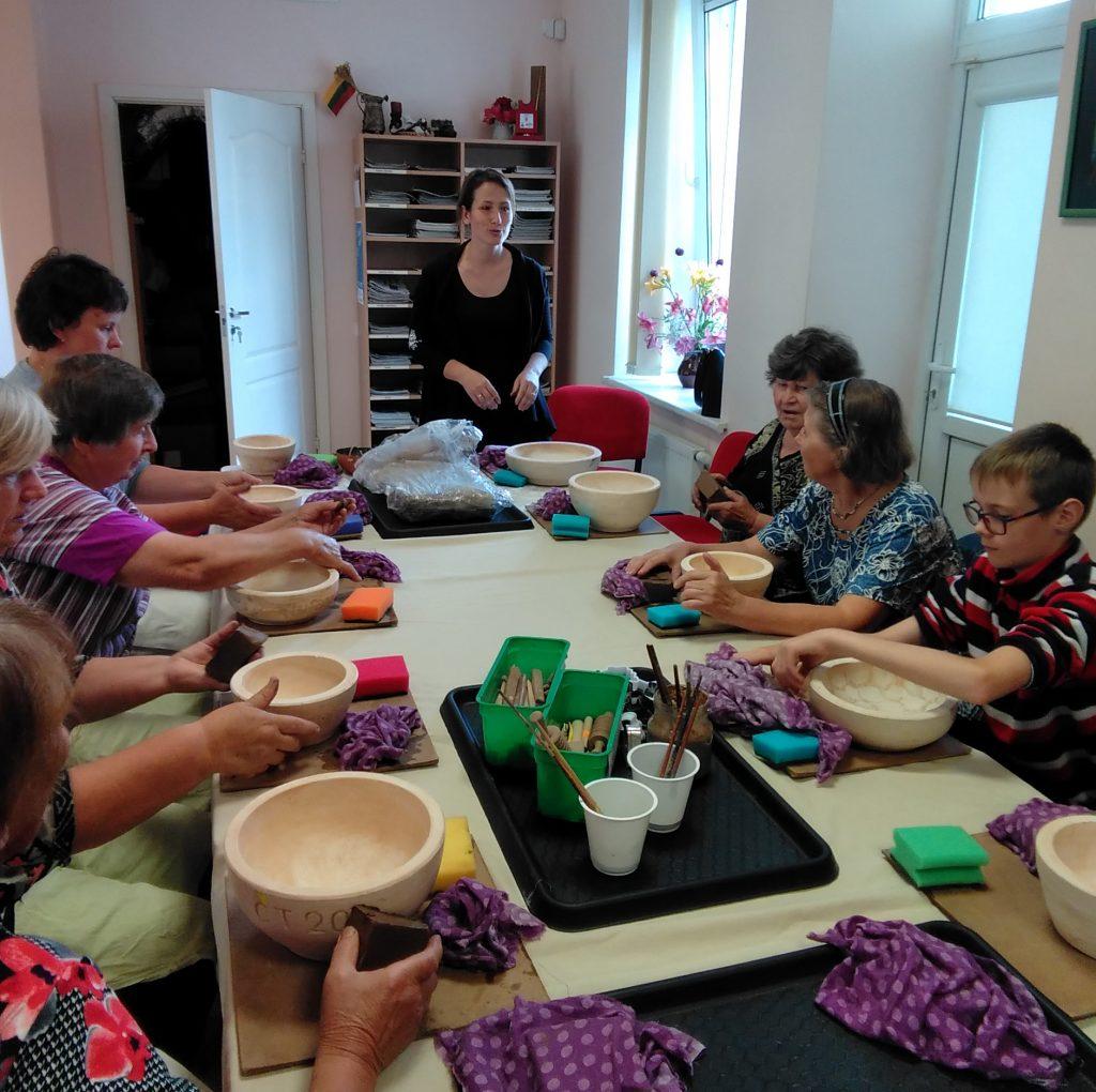 Kūlupėniškiai mokėsi gaminti indus ir juos glazūruoti. Organizatorių nuotr.