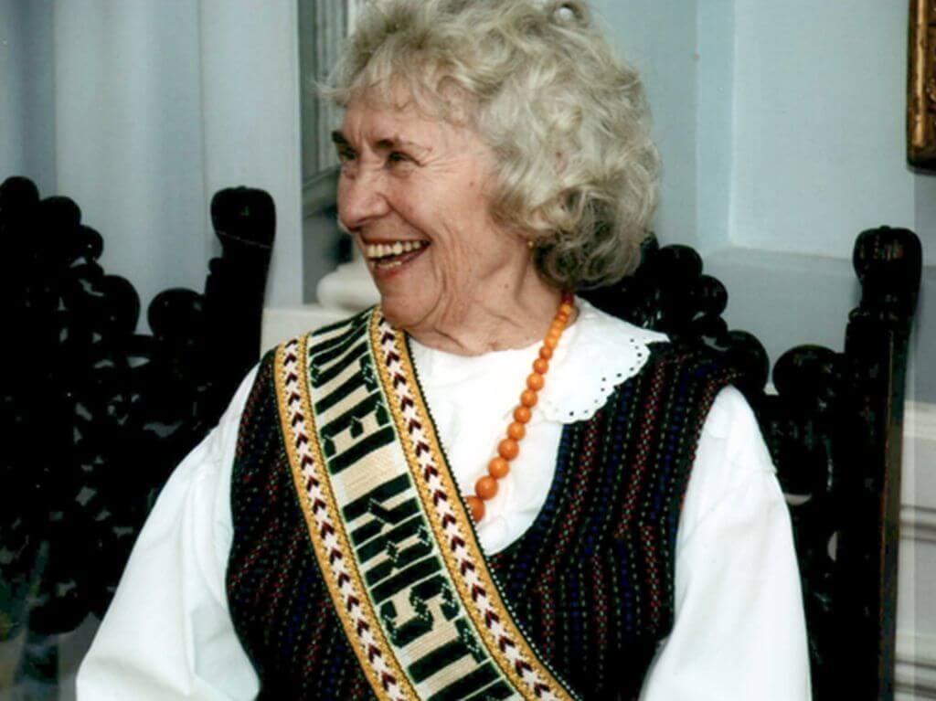 Kretingos rajono garbės pilietei tautodailininkei Laimutei Kristinai Grigaitienei šiandien - 85-eri. M. Valančiaus bibliotekos nuotr.