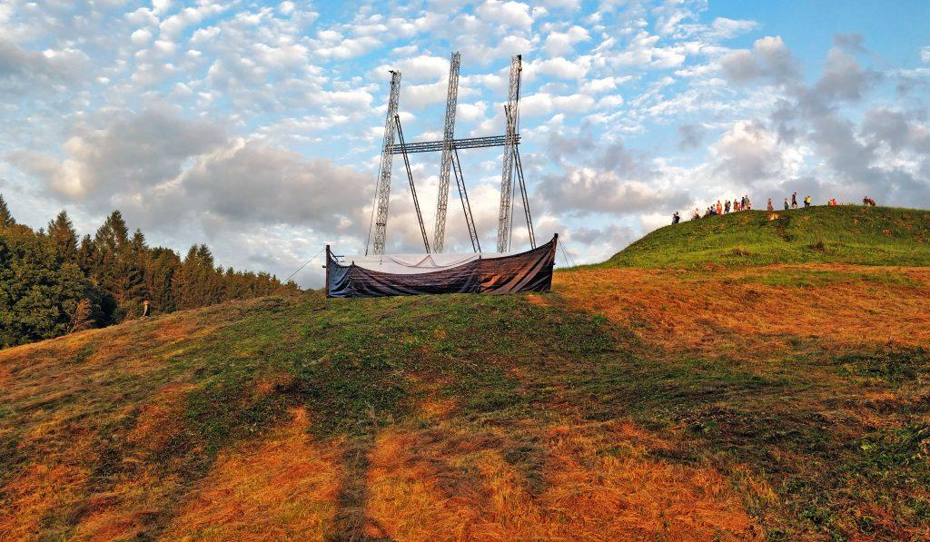Šviesos spektaklio išskirtinės projekcijos žaidė kuršiško laivo ir piliakalnio fone, sukurdamos nepakartojamą reginį. Organizatorių nuotr.