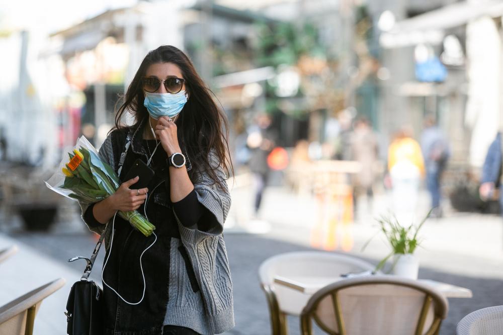 Nuo rytojaus apsauginės veidą ir nosį dengiančios kaukės vėl tampa privalomos visuose renginiuose. Asociatyvi nuotr.
