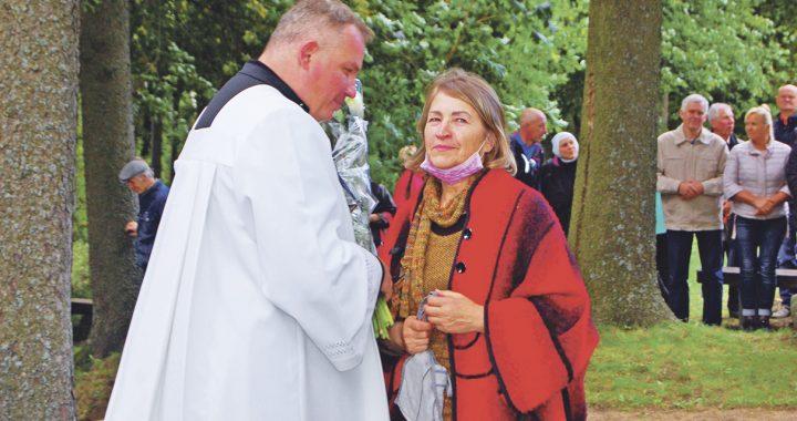 Žymiojo Abakų Lurdo restauravimo iniciatorė – Regina Šiaulienė – šnekučiuojasi su gimtadienį mininčiu Kartenos klebonu Algirdu Lukšu.