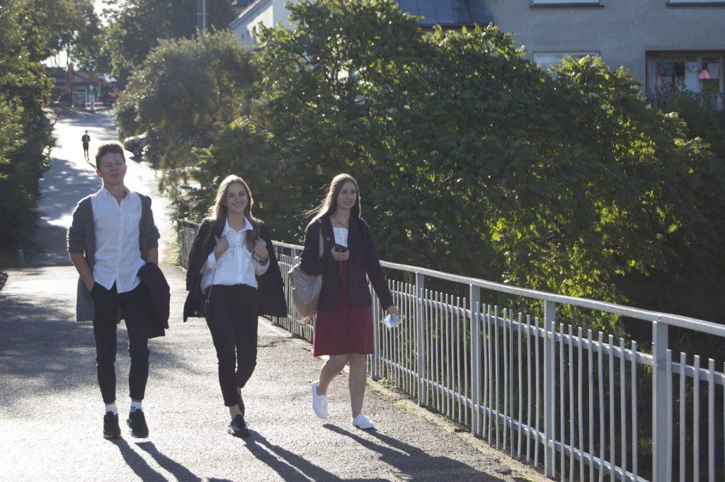 Šiemet į mokyklas moksleiviai ėjo, kaip niekada pasiilgę draugų, bet džaugsmą temdė nerimas dėl naujos tvarkos švietimo įstaigose ir baimė užsikrėsti koronavirusu. Autorės nuotr.