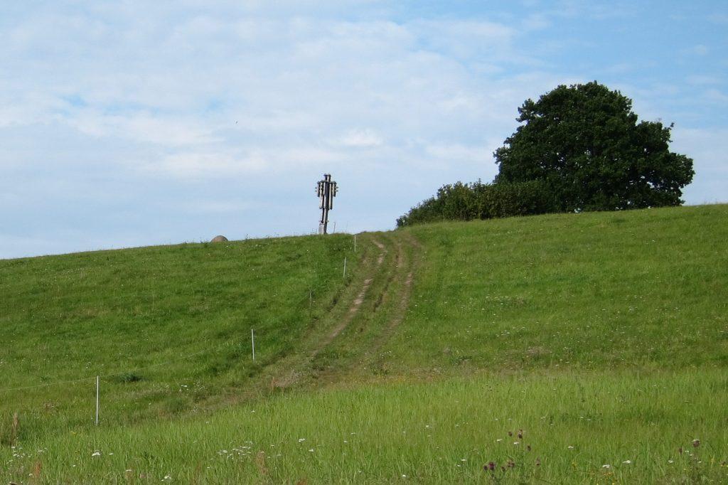 Vieną iš žinomesnių turistinių objektų Kartenoje - Vyšnių kalną - saugo elektrinis piemuo. Autoriaus nuotr.