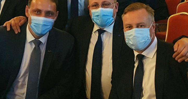 Kretingos rajono meras Antanas Kalnius (iš dešinės) su Palangos meru Šarūnu Vaitkumi. O koks meras kairėje slepiasi po kauke? Socialinių tinklų nuotr.