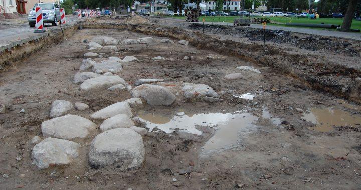 Štai šių namų pamatus archeologai atkasė tik vakar. Aušrinės Sinušaitės nuotr.