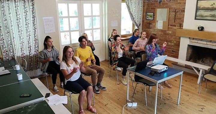 Lietuvos ir Lenkijos jaunimas sugebėjo artimiau susipažinti net ir bendrauti nuotoliniu būdu. Organizatorių nuotr.