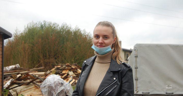 Štai kaip atrodo šių dienų didvyrė, kretingiškė Veronika Šiaulinskienė. Moteris įamžinta penktadienį šunelių konfiskavimo iš nelegalaus veislyno Padvariuose metu. Autorės nuotr.
