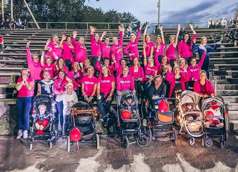 """""""Step sporto studija"""" savo šokiu su vežimėliais parodė, kad ir turint mažų vaikučių galima išlikti ak-tyviam. Organizatorių nuotr."""