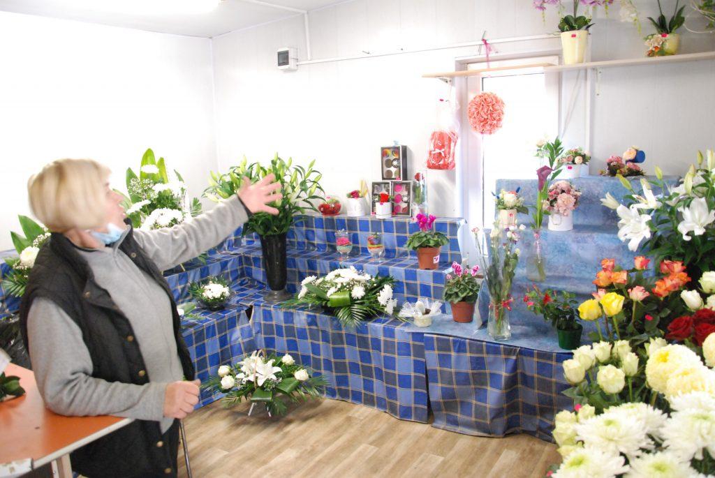 Petrė Iešmontienė pirmadienio rytą rado nusiaubtą gėlių kioskelį. Aisto Mendeikos nuotr.
