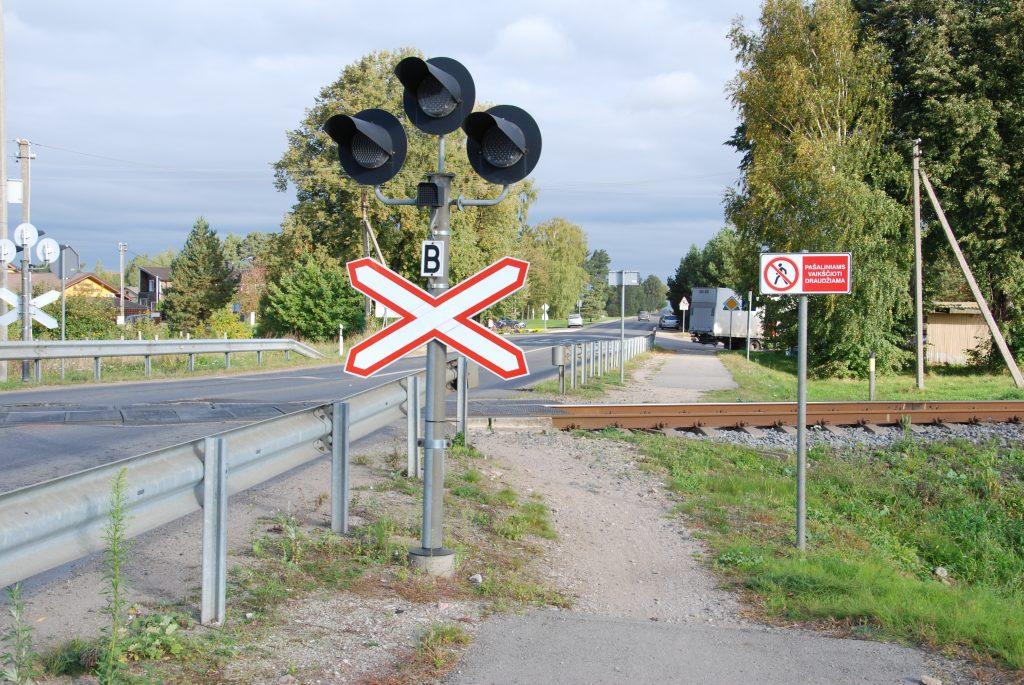 Pėsčiomis kirsti geležinkelio nepažeidus taisyklių neįmanoma, nebent – automobiliu arba ...skriste.  Aisto Mendeikos nuotr.