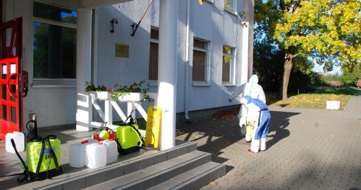 Koronaviruso židiniu tapusios Kartenos mokyklos-daugiafunkcio centro patalpos pirmadienį buvo dezinfekuotos. Aisto Mendeikos nuotr.