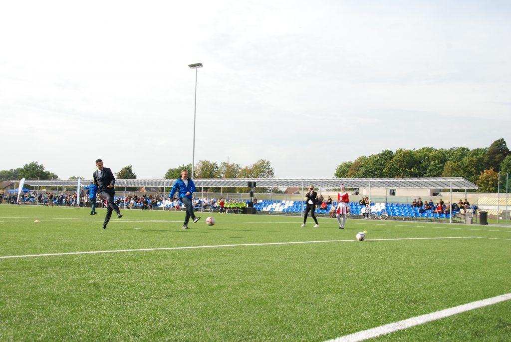 Pirmieji oficialią futbolo aikštės su dirbtine danga gyvavimo pradžią taikliais smūgiais į vartus pažymėjo LFF generalinis sekretorius Edgaras Stankevičius ir Savivaldybės meras Antanas Kalnius. Aisto Mendeikos nuotr.