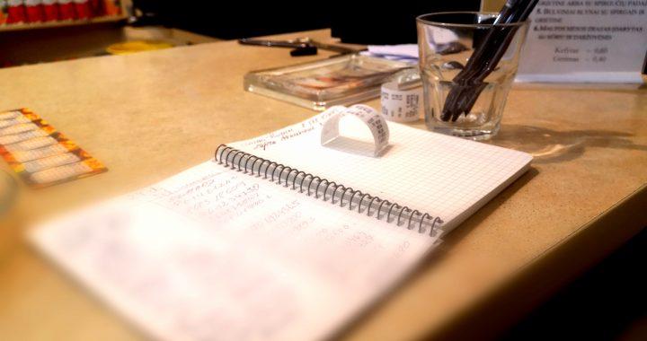 Štai tokia ar panaši užrašu knygutė tapo privaloma ant kiekvienos kavinės baro, kurioje klientams privalu pasirašyti. Ligitos Sinušienės nuotr.
