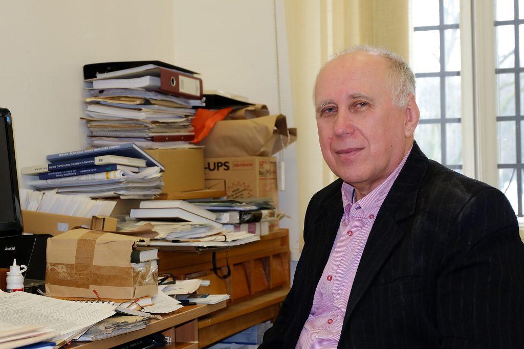 Jeigu Kuršo apygardoje 2-ąjį rinkimų turą laimės Juozas Mažeika, jo vietą Kretingos rajono savivaldybės taryboje turėtų užimti Kretingos muziejaus direktoriaus pavaduotojas, istorikas Julius Kanarskas.